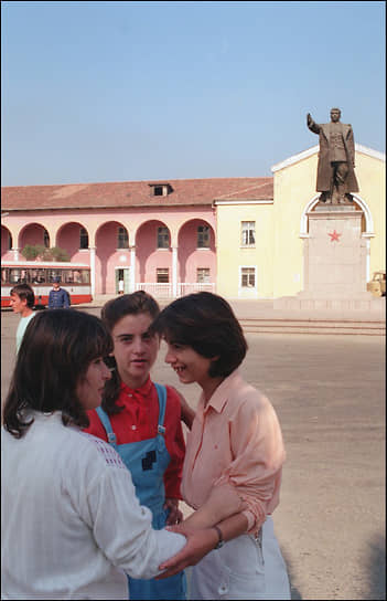 Октябрь 1990 года. Тирана – одно из последних мест в мире, где можно увидеть памятники Сталину