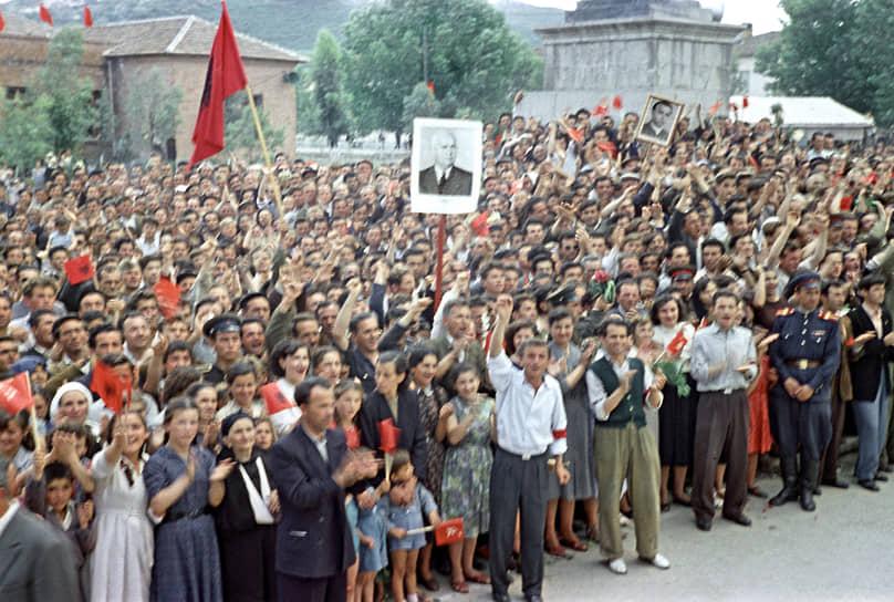 Визит первого секретаря ЦК КПСС Н. С. Хрущева в Албанию в мае 1959 года. Посещение текстильного комбината в Тиране – флагмана албанской промышленности