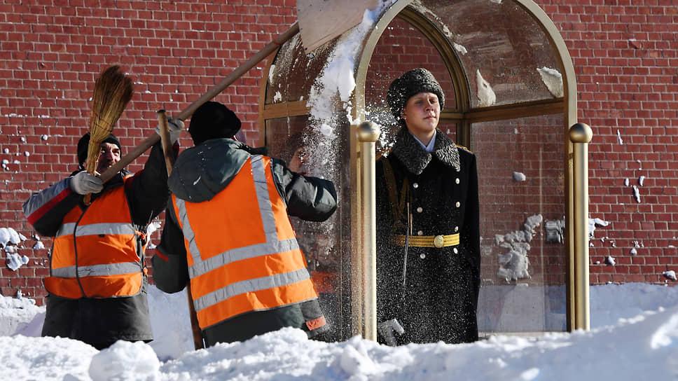 Москва, Россия. Ликвидация последствий снегопада в Александровском саду