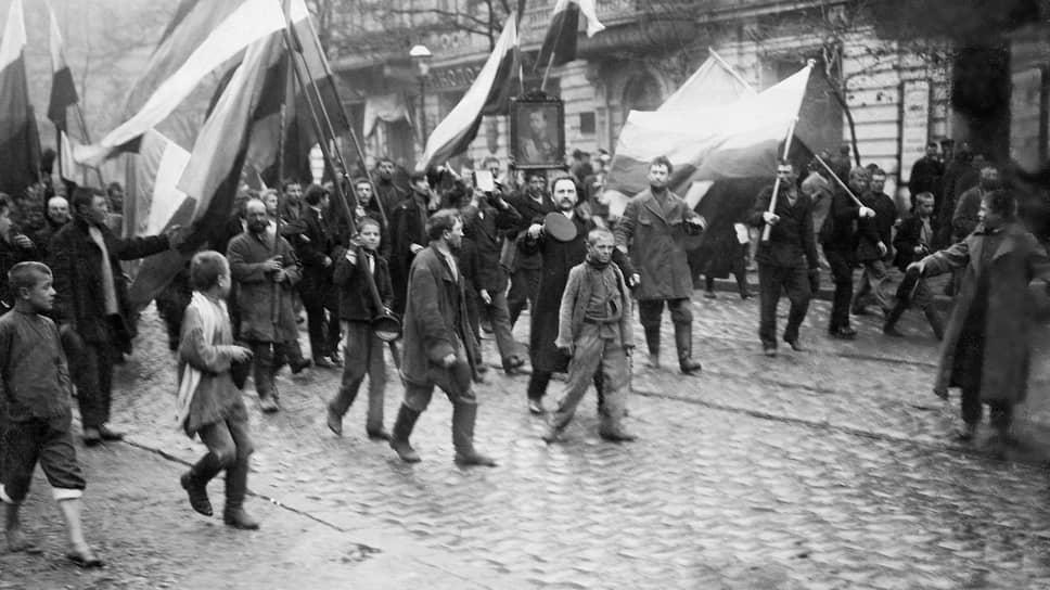 """«В вышедшем сегодня клочке """"Правительственного вестника"""" сообщается, что убито 76 и ранено 233 человека; цифры эти лживы, так как за одной Нарвской заставой уложено больше путиловцев» (на фото — демонстрация рабочих 9 января 1905 года, Санкт-Петербург)"""