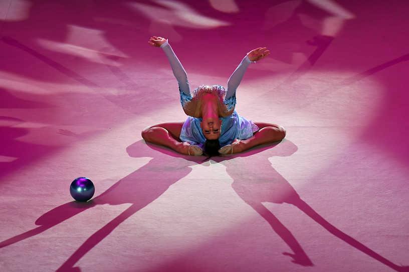 Александра Солдатова во время показательных выступлений с мячом во время церемонии открытия