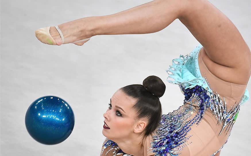 Словенская гимнастка Екатерина Веденеева во время выполнения упражнения с мячом