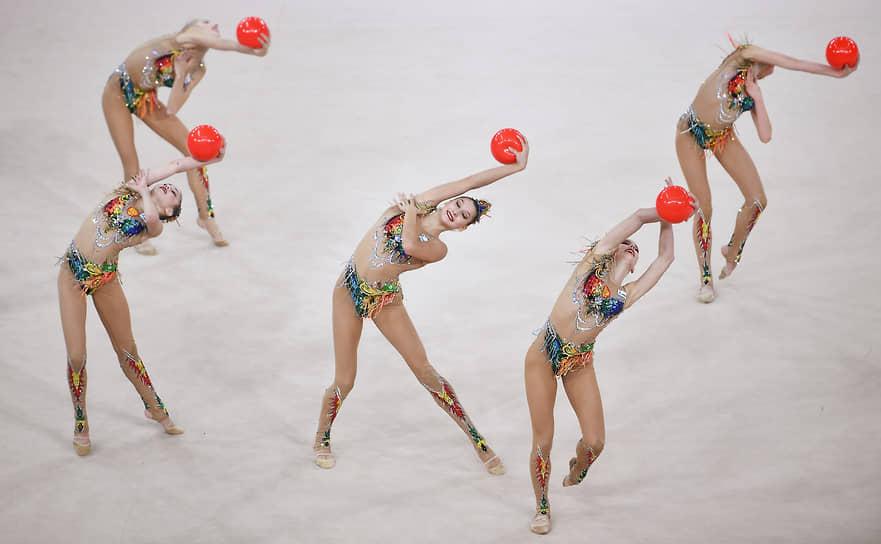 Российские гимнастки во время группового упражнения с мячом