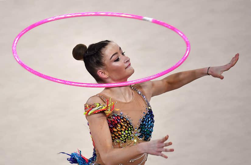 Мария Победушкина во время упражнения с обручем