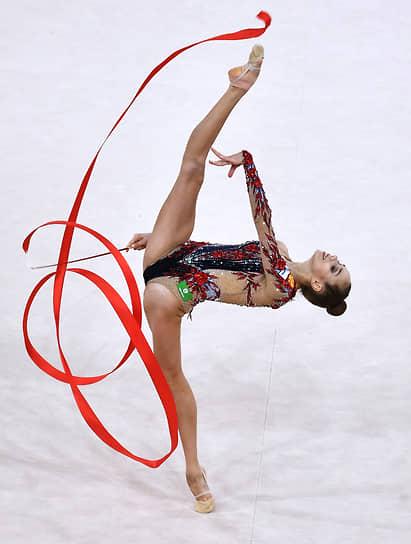 Анастасия Гузенкова во время упражнения с лентой