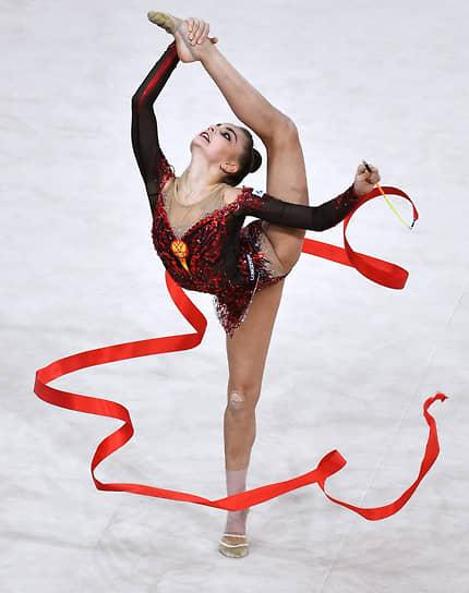 Арина Аверина во время упражнения с лентой