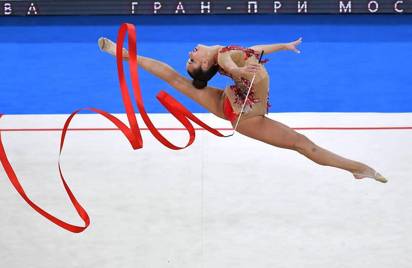 Екатерина Селезнева во время упражнения с лентой