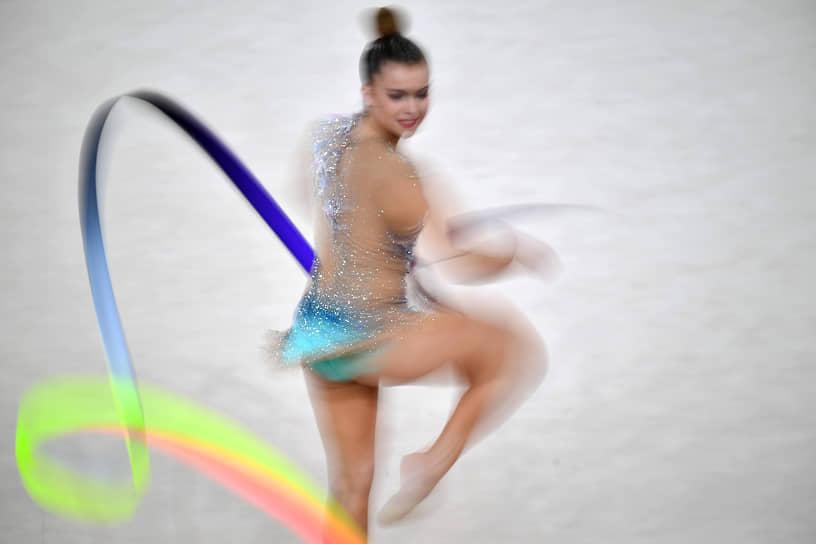 Дина Аверина была лучшей в упражнениях с лентой, второе место в этом виде заняла Боряна Калейн из Болгарии, третье — Екатерина Веденеева из Словении