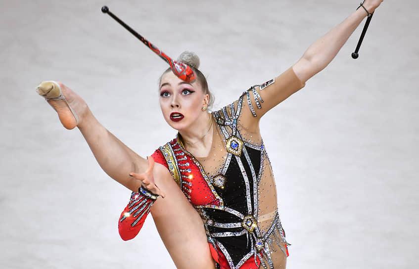 Елизавета Махошвили во время упражнения с булавами