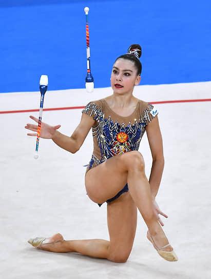 Лала Крамаренко во время выполнения упражнения с булавами