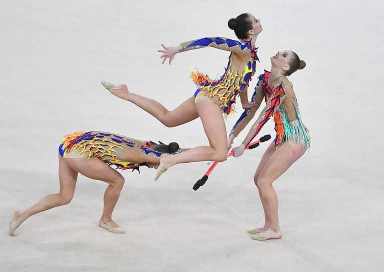Команда Белоруссии (на фото) первенствовала в упражнениях с тремя обручами и двумя парами булав, вторыми стали россиянки, третьими — эстонки