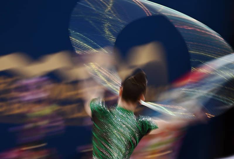 Арина Аверина первенствовала в упражнениях с обручем, второе место заняла Дина Аверина, третьей стала болгарская спортсменка Боряна Калейн