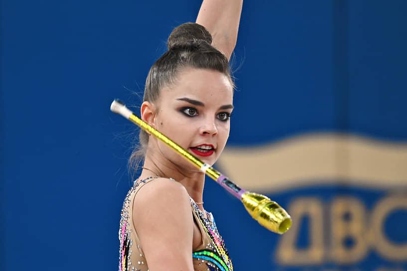 Арина Аверина во время упражнения с булавами