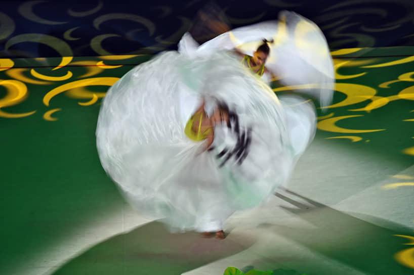 В групповых упражнениях с пятью мячами лучший результат показали россиянки, второе место заняли гимнастки из Белоруссии, третье — представительницы Узбекистана