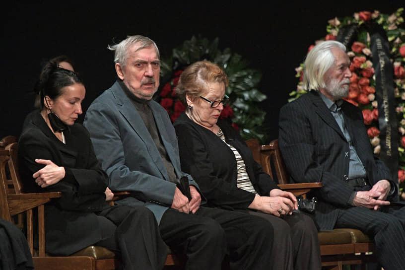 Актеры Евгений Киндинов (второй слева) и Станислав Любшин во время церемонии