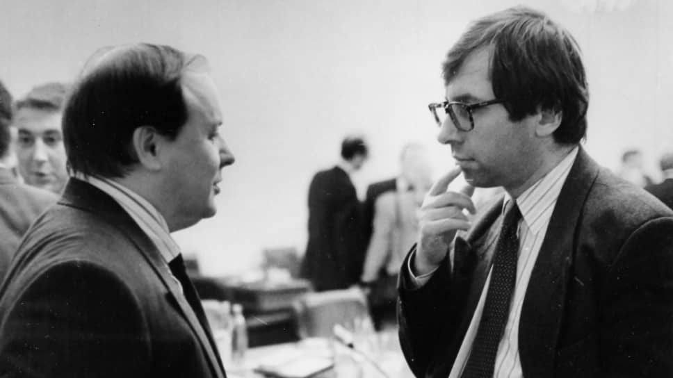 Петр Авен познакомился с Егором Гайдаром (слева) во время учебы в аспирантуре. Впоследствии они вместе работали во ВНИИ системных исследований, а затем и в правительстве