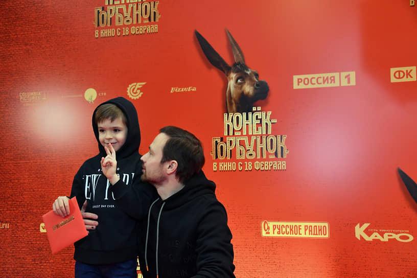 Актер Алексей Чадов с сыном Федором на премьере фильма режиссера Олега Погодина «Конек-Горбунок» в кинотеатре «КАРО 11 Октябрь»