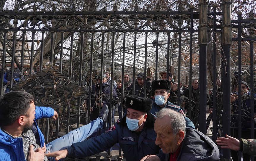 Ереван, Армения. Сторонники премьера Никола Пашиняна и оппозиции