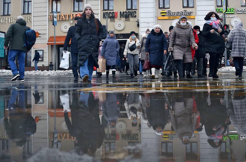 Москва, Россия. Прохожие идут по лужам