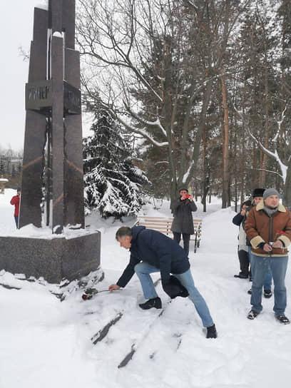 Участники акции памяти в Казани возложили цветы к памятнику жертвам политических репрессий в Ленинском садике. Митинг не был согласован городскими властями