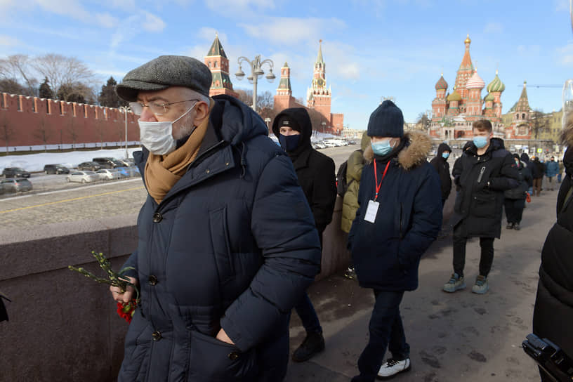 Журналист Николай Сванидзе во время возложения цветов к месту убийства Бориса Немцова на Большом Москворецком мосту