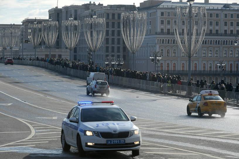 """Как передавал корреспондент """"Ъ"""", по обеим сторонам моста, по пешеходной части, установлены металлические ограждения. У мемориала полиции нет, но на подходе к мосту дежурит по два полицейских"""