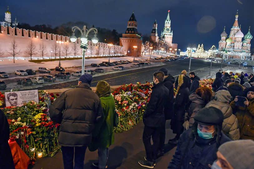 В 23:31 на Большом Москворецком мосту в Москве прошла минута молчания. В это время шесть лет назад был убит Борис Немцов