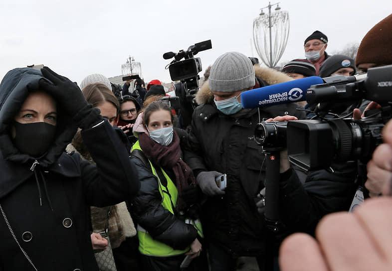 Юлия Навальная (слева) на акции памяти Бориса Немцова