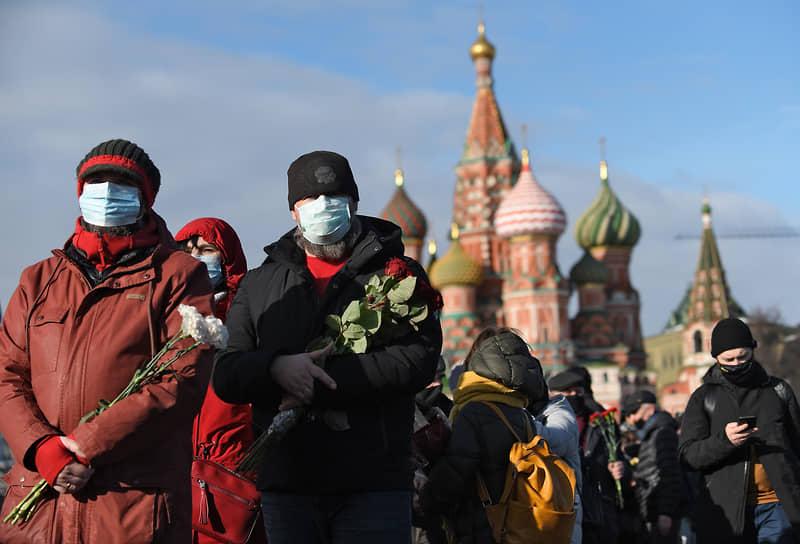 Возложение цветов к месту убийства Бориса Немцова на Большом Москворецком мосту