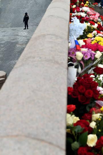 Цветы у места убийства Бориса Немцова