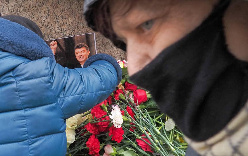 Акция памяти Бориса Немцова у Соловецкого камня в Санкт-Петербурге