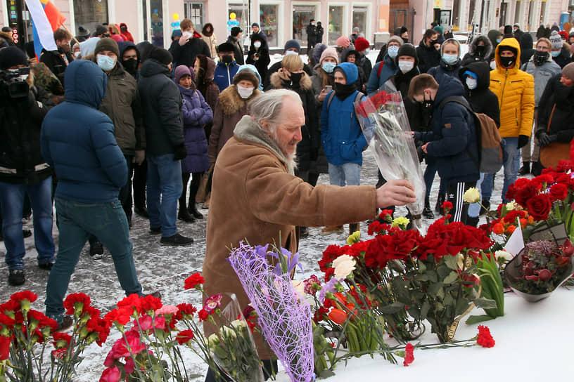Согласованная акция памяти Бориса Немцова прошла на площади Театральной в центре Нижнего Новгорода