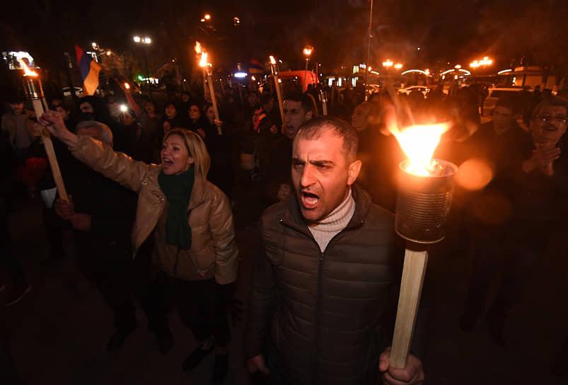 28 февраля. Ереван. Факельное шествие с требованием отставки премьер-министра Армении Никола Пашиняна
