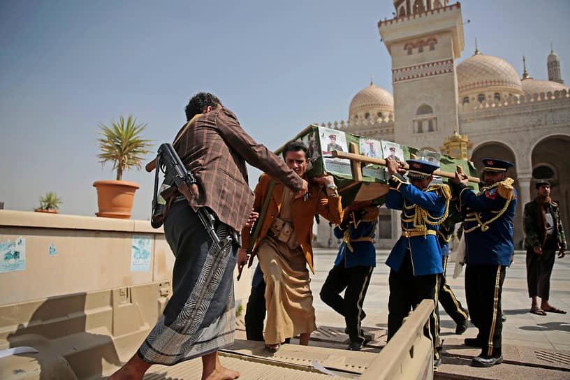 Сана, Йемен. Похороны повстанца-хусита