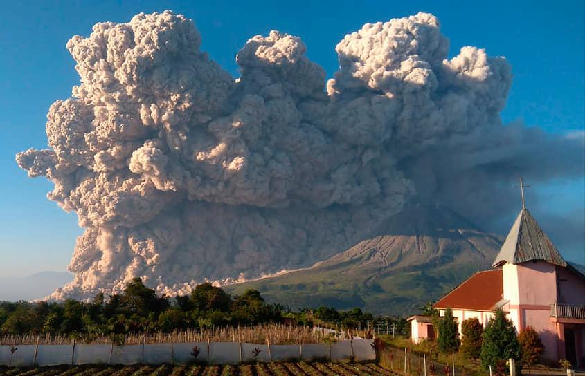 Каро, Индонезия. Вид на извержение вулкана