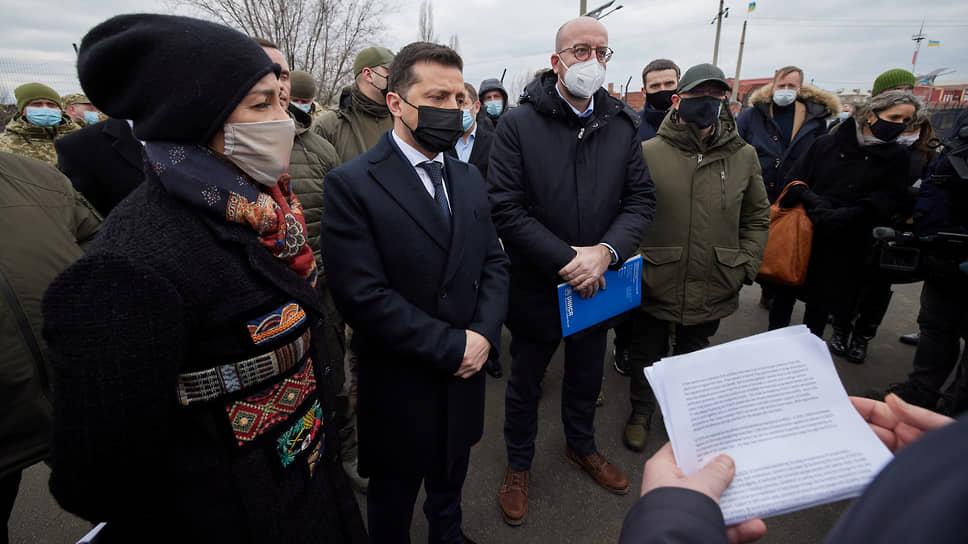Президент Украины Владимир Зеленский (в черной маске) и председатель Европейского совета Шарль Мишель (в белой маске)