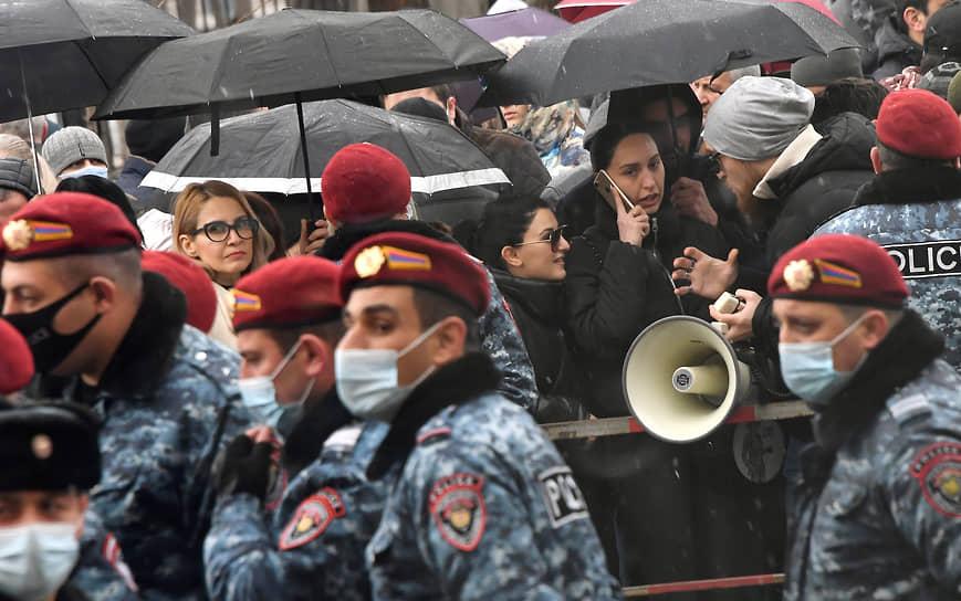 Ереван. Полиция и сторонники бывшего президента Армении Роберта Кочаряна у здания суда, где слушается его дело