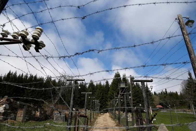 Реконструированный «железный занавес» на границе Чехии и Германии, отделявший в годы Холодной войны «коммунистический мир» от «Запада»