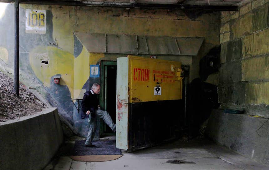 Дверь бывшего советского склада ядерных боеголовок возле поселения Мишов (Чехия)