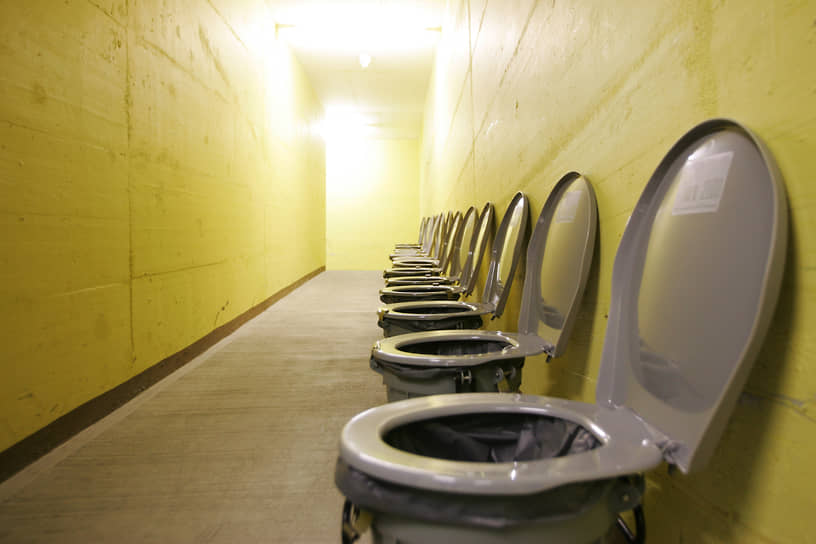 Унитазы бункера Sonnenberg в Люцерне (Швейцария), который в годы Холодной войны предназначался для защиты 20 тыс. гражданских лиц