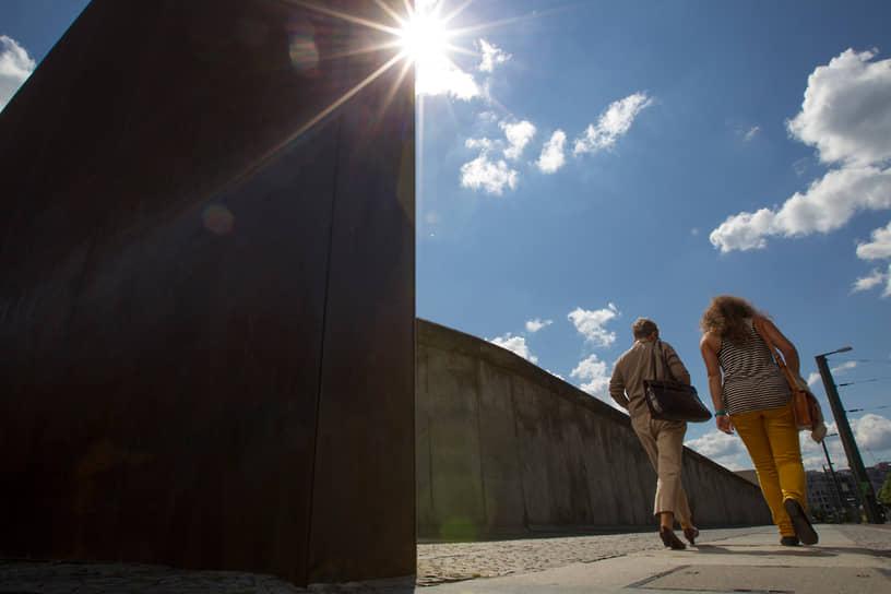 Участок бывшей Берлинской стены у мемориала на Бернауэр-штрассе в Берлине — один из главных символов Холодной войны в Европе