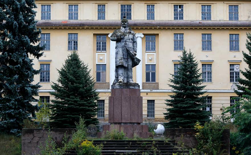 Памятник Владимиру Ленину перед зданием бывшего управления и штаба главнокомандующего группы советских войск в Германии в городе Вюнсдорф