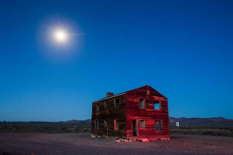 Так называемый «Дом Яблока-2» — строение, оставшееся от специально выстроенного города Doomtown на полигоне в Неваде (США) и уничтоженного в результате ядерных испытаний