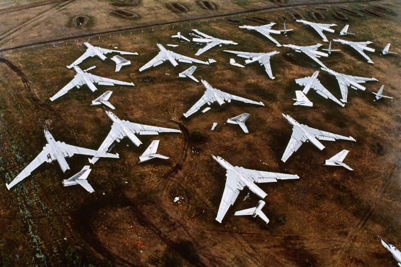 Разобранные советские самолеты на авиабазе Энгельс (Саратовская область)