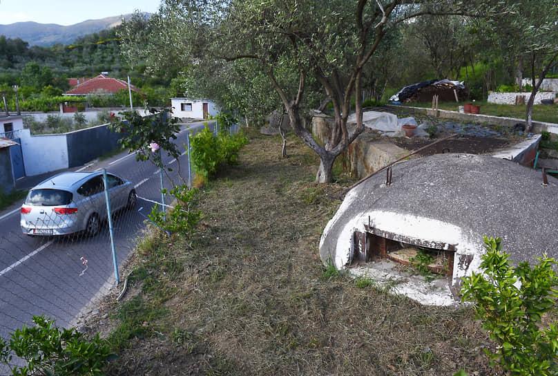 Бетонный бункер во дворе дома в городе Шкодер (Албания)