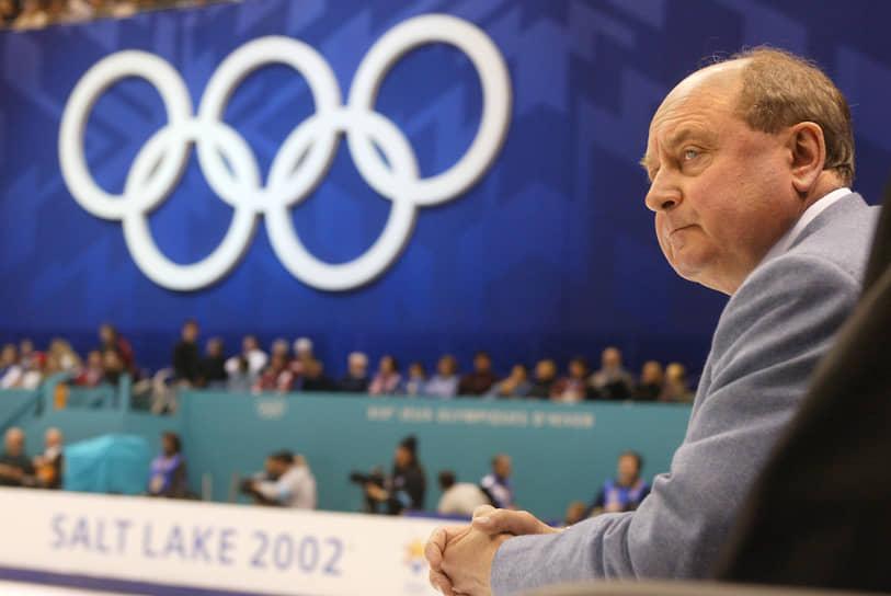 Алексей Мишин наблюдает за выступлением своего ученика Евгения Плющенко на Олимпиаде 2002 года в Солт-Лейк-Сити