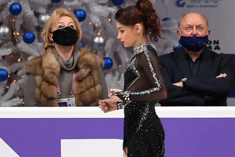 Чемпионка Европы 2019 года Софья Самодурова перед выступлением. На втором плане — ее тренеры Алексей и Татьяна Мишины