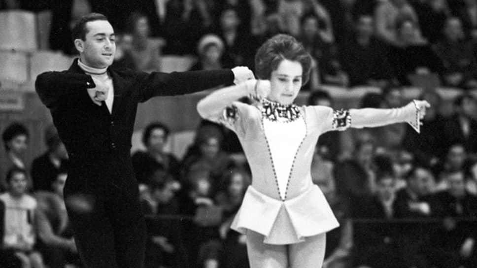 Алексей Мишин родился 8 марта 1941 года в Севастополе. С 1956 года занимался фигурным катанием. Первым его тренером была Нина Леплинская. Позже он стал тренироваться в паре с фигуристкой Тамарой Москвиной.На фото: Москвина и Мишин на международном турнире по фигурному катанию в 1969 году