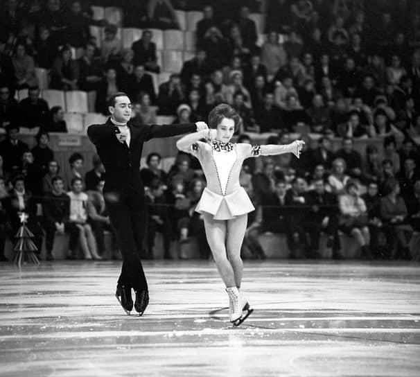Алексей Мишин родился 8 марта 1941 года в Севастополе. С 1956 года занимался фигурным катанием. Первым его тренером была Нина Леплинская. Позже он стал тренироваться в паре с фигуристкой Тамарой Москвиной.<br>На фото: Москвина и Мишин на международном турнире по фигурному катанию в 1969 году