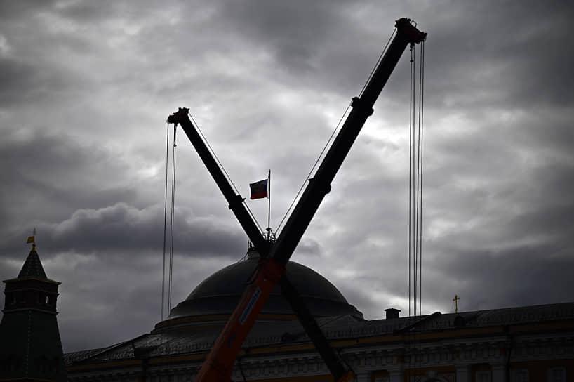 Москва. Строительная техника во время демонтажа ледового катка на Красной площади